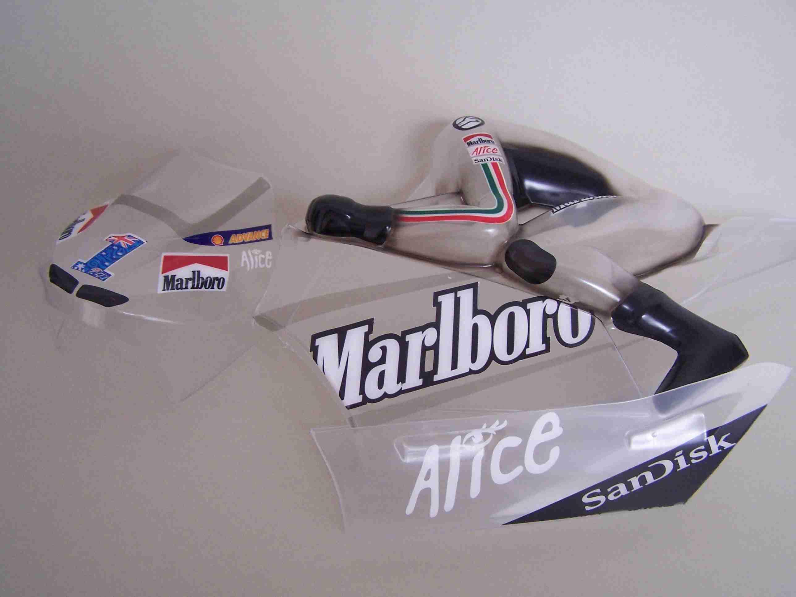 [Body-SB5-Marlboro-Ducati-Stoner-2007-innenliegende-Aufkleber.jpg]