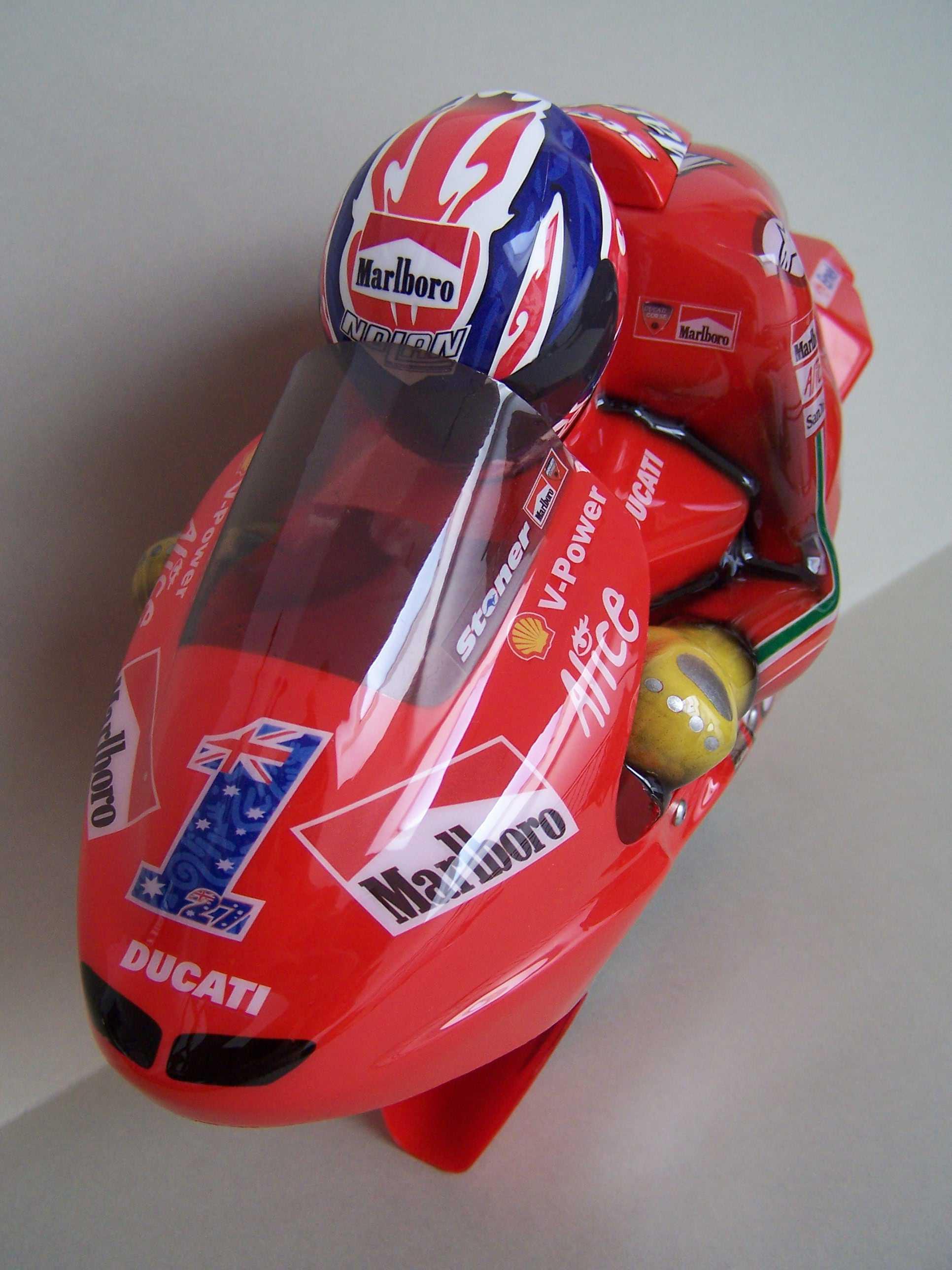 [Marlboro-Ducati-Stoner-2008-12.jpg]