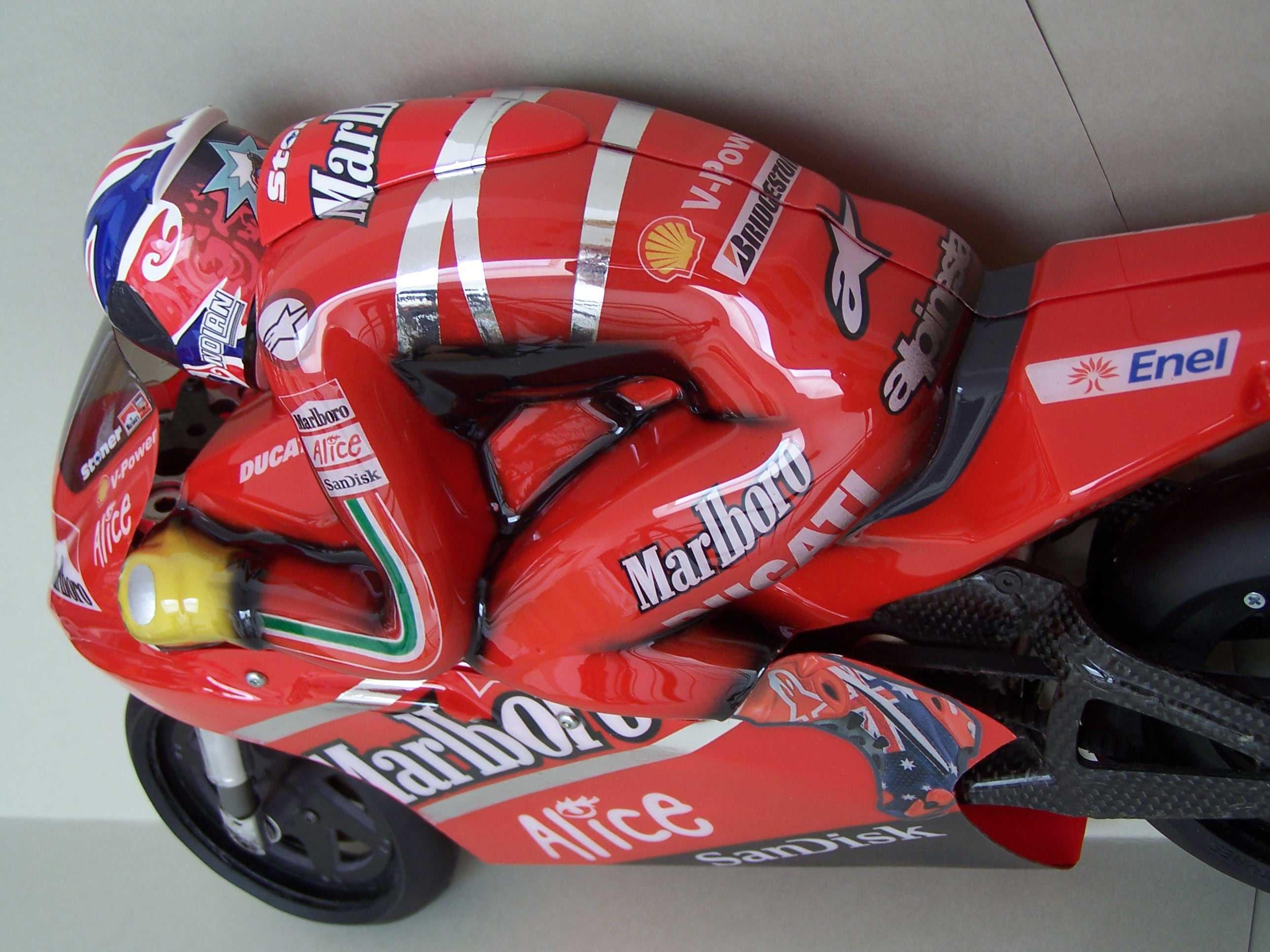 [Marlboro-Ducati-Stoner-2008-7.jpg]