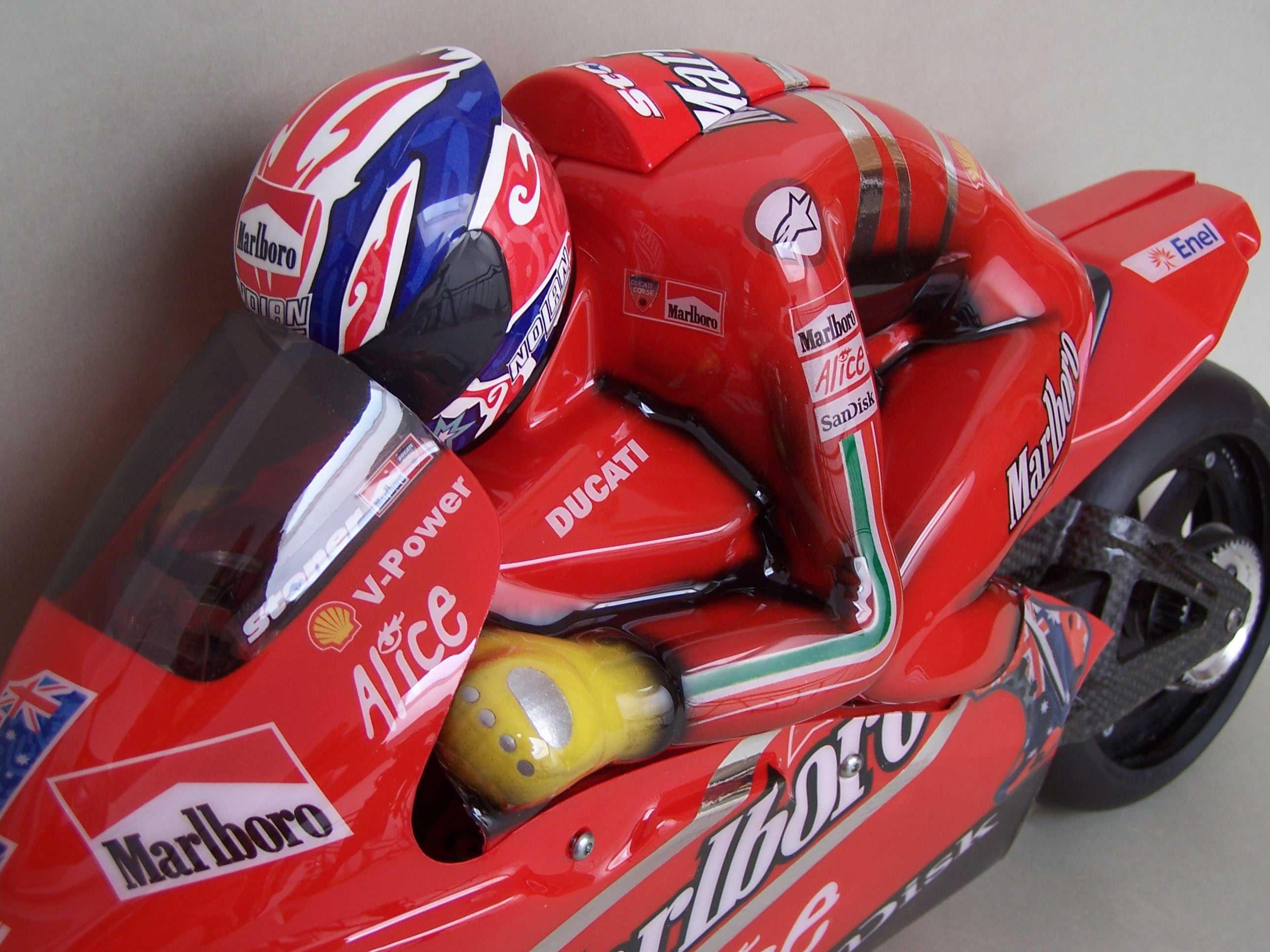 [Marlboro-Ducati-Stoner-2008-8.jpg]
